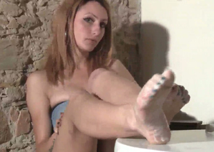 Slim babe far dyed hair Thena demonstrates her feet