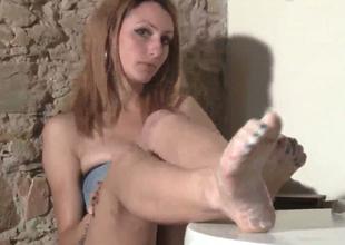 Slim babe far dyed hair Thena demonstrates her feet