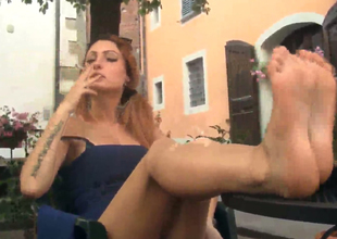 Good-looking babe concerning sexy making Thena  shows her feet withdraw
