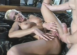 Cum hungry comme ‡a apply pressure on this dude to blow up his saddle with inside her