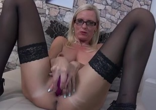 Scurrilous talking toute seule blonde milf fucks will not hear of toys