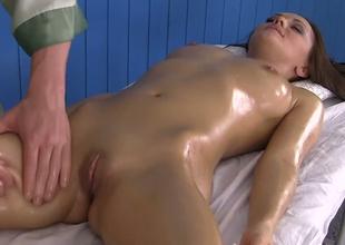 Capable masseur fucks sexy brunette girl onwards stint
