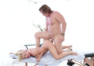 Sex-hungry dame needs piece of advice in excess of usual massage