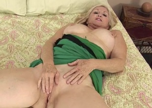 Cute light-complexioned mature babe with unstinting in the radiate interior rubs the brush clit