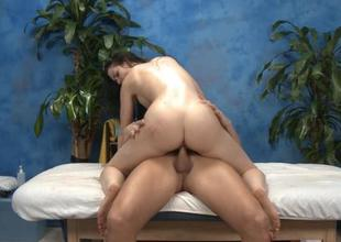 Fretting on her bald clits ignites babes needs