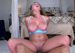 Beamy titted Brooke Wylde riding on a detect