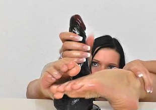 Czech hotie Ema Black oils her sexy foot