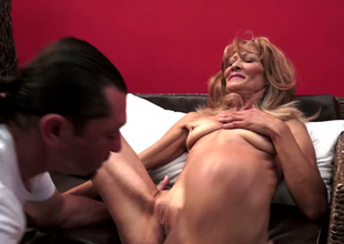 Mature woman Regina is getting will not hear of cunt eaten out of doors by hungering young stud